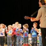 Les enfants étaient accompagnés par Laurent et Félix, musiciens.